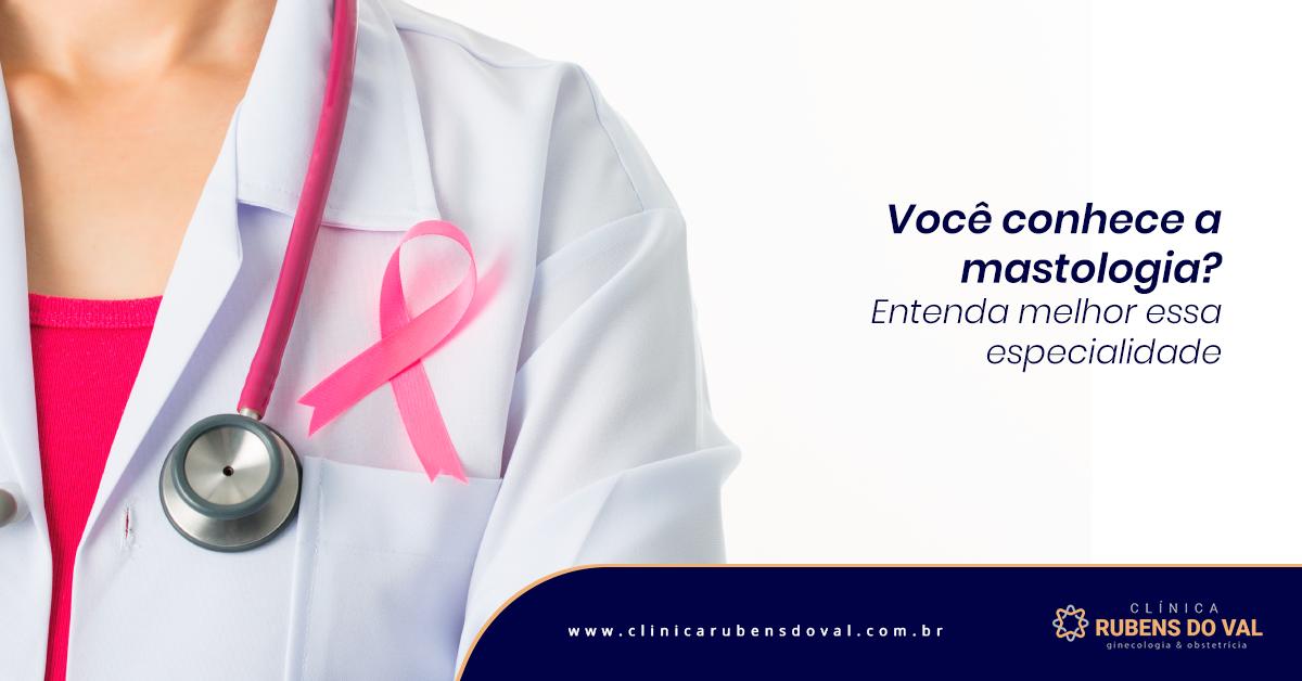 A imagem mostra uma mulher, do ombro ao seio, com um estetoscópio pendurado em volta do pescoço e um laço rosa que representa a luta e prevenção contra o câncer de mama, pendurado a cima do bolso do jaleco.